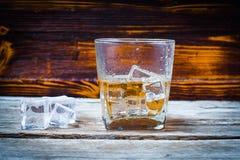 Twee die glazen whisky met ijsblokjes op houten planken worden gediend Uitstekende countertop met hoogtepunt en een glas van ster royalty-vrije stock foto's