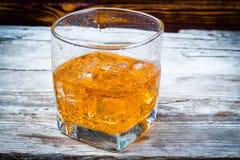Twee die glazen whisky met ijsblokjes op houten planken worden gediend Uitstekende countertop met hoogtepunt en een glas van ster royalty-vrije stock afbeeldingen