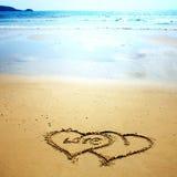 Twee die harten in het zand worden getrokken Royalty-vrije Stock Afbeeldingen