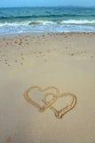 Twee die harten in zand worden getrokken Royalty-vrije Stock Foto