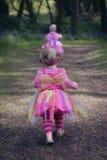 Twee die kinderen in een hout met de lenteklokjes wordt gevuld Royalty-vrije Stock Afbeelding