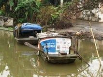 Twee die kleine boten op de rivier worden gedreven royalty-vrije stock foto
