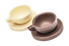 Twee die koffiekoppen en schotels van chocolade worden gemaakt Royalty-vrije Stock Afbeeldingen