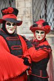 Twee die mensen tijdens Carnaval in Venetië worden gemaskeerd stock foto's