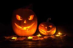 Twee die pompoen hefboom-o-lantaarn met glimlachen op Halloween wordt gesneden met Royalty-vrije Stock Foto