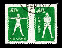 Twee die postzegels in China worden gedrukt toont Radio Groene gymnastiek, Sport serie, circa 1952 stock afbeeldingen