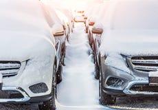 Twee die rijen van auto's met sneeuw, een weg in de sneeuw in de winter worden behandeld royalty-vrije stock foto