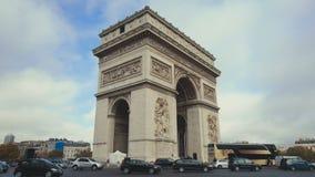 Twee die schoten van Arc de Triomphe op dag vestigen Triomphalboog in Parijs, Frankrijk stock videobeelden