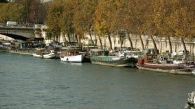 Twee die schoten van grote palais en de Zegen in Parijs met toeristische boten vestigen stock videobeelden
