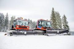 Twee die sneeuwgroomers met verse sneeuw wordt behandeld royalty-vrije stock foto