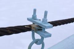 Twee die staalkabels door losse riemen worden verbonden Stock Afbeelding