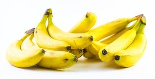 Twee die stapels bananen naast elkaar op een witte achtergrond worden samengesteld Royalty-vrije Stock Afbeelding