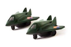 Twee die stuk speelgoed bommenwerpersvliegtuigen, op witte achtergrond worden geïsoleerd Royalty-vrije Stock Foto's