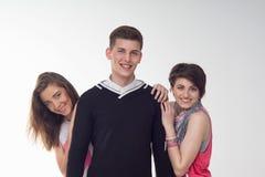 Twee die tieners over de tiener worden opgewekt Stock Foto's