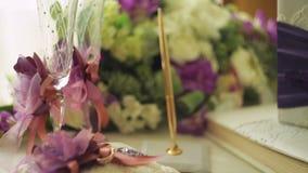 Twee die trouwringen op een kussen met lint en andere eigenschappen wordt gebonden stock footage