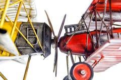 Twee die vliegtuigen bij propellers worden aangesloten bij stock foto's
