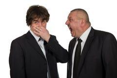 Twee die zakenlieden komen emotioneel houdingen te weten op witte achtergrond worden geïsoleerd royalty-vrije stock afbeelding