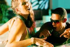 Twee DJs bij de draaischijf in club royalty-vrije stock foto's