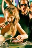 Twee DJs bij de draaischijf in club stock foto's