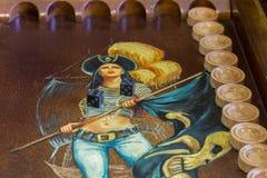 Twee dobbelen en spaanders op de backgammonlijst Royalty-vrije Stock Foto's