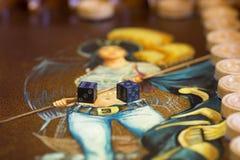 Twee dobbelen en spaanders op de backgammonlijst Royalty-vrije Stock Fotografie