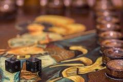 Twee dobbelen en spaanders op de backgammonlijst Stock Foto