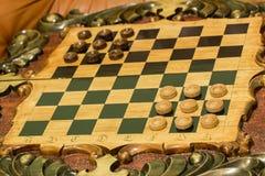 Twee dobbelen en spaanders op de backgammonlijst Royalty-vrije Stock Foto