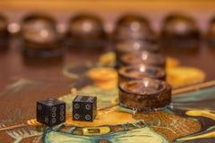 Twee dobbelen en spaanders op de backgammonlijst Royalty-vrije Stock Afbeeldingen