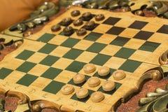 Twee dobbelen en spaanders op de backgammonlijst Stock Foto's