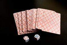 Twee dobbelen en speelkaarten Stock Afbeeldingen