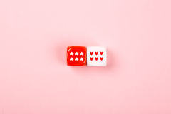 Twee dobbelen met harten op roze achtergrond Royalty-vrije Stock Afbeelding
