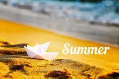 Twee document witte schepen op het zand dichtbij het overzees De zomerinscriptio Stock Foto's