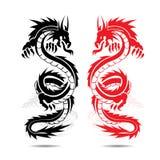Twee drakenrood en zwarte, in strijd, silhouet op witte backgro Stock Afbeelding