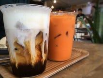 Twee drankkoppen op lijst in koffiekoffie stock afbeeldingen