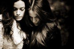Twee droevige meisjes Stock Afbeeldingen