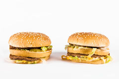 Twee dubbele cheeseburgers Stock Foto's