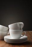 Twee duidelijke witte van de aardewerkthee of koffie koppen Stock Afbeeldingen