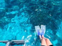 Twee duikers in zwart vrij duiken past, een man en een vrouw met de gootsteen van zuurstofflessen onder het transparante blauwe w stock afbeeldingen