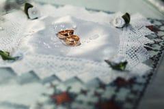 Twee dure gouden bruiloftringen Stock Afbeeldingen