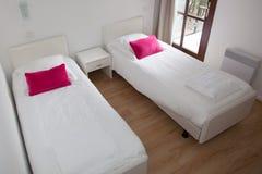 Twee eenpersoonsbedden in moderne flat Stock Fotografie