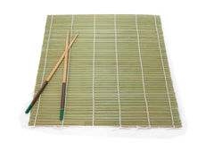 Twee eetstokjes op een achtergrond van de bamboemat royalty-vrije stock foto's
