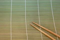 Twee eetstokjes op een achtergrond van de bamboemat royalty-vrije stock fotografie