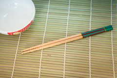 Twee eetstokjes op een achtergrond van de bamboemat royalty-vrije stock foto