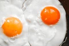 Twee eieren in een pan Stock Afbeeldingen