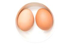 Twee eieren in een witte kom Royalty-vrije Stock Afbeeldingen