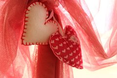 Twee eigengemaakte witte en rode harten tegen rode vail als liefdeachtergrond Royalty-vrije Stock Afbeelding