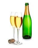 Twee elegante champagneglazen op de achtergrond van groen die flessenclose-up op een wit wordt geïsoleerd Feestelijk stilleven Royalty-vrije Stock Afbeeldingen