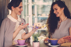 Twee elegante jonge dames in een koffie stock foto