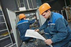 Twee elektricienarbeiders royalty-vrije stock foto's