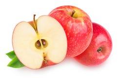 Twee en een half geïsoleerde rode appelen Stock Fotografie